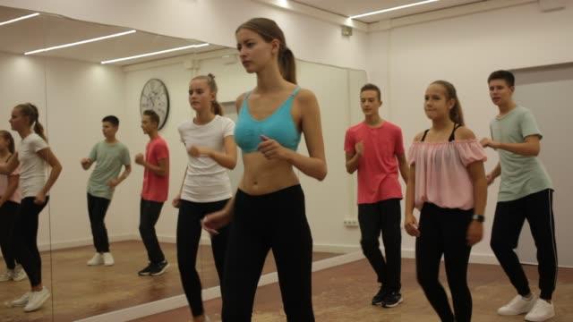 vídeos y material grabado en eventos de stock de adolescentes alegres practicando danza - coordinación