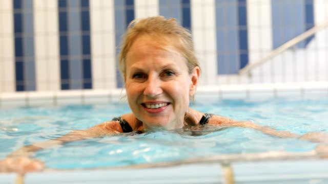 gladlynt kvinna utövar i poolen - gym skratt bildbanksvideor och videomaterial från bakom kulisserna
