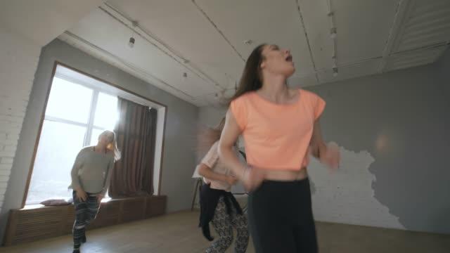 donne allegre che ballano alla musica house in classe - lega sportiva amatoriale video stock e b–roll