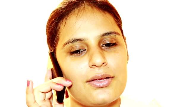 Vrolijke vrouwen praten op mobiele telefoon video