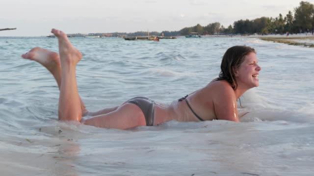 Alegre adulto joven relajante en el mar cerca de la playa en Isla Tropical - vídeo
