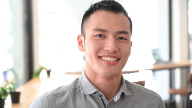 쾌활한 젊은 사업가 와 이빨 미소 회전 머리 - 아시아인 스톡 비디오 및 b-롤 화면