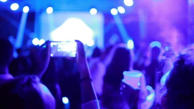 vídeos de stock, filmes e b-roll de mulher nova alegre que hospeda um stream em directo de um partido - dance music