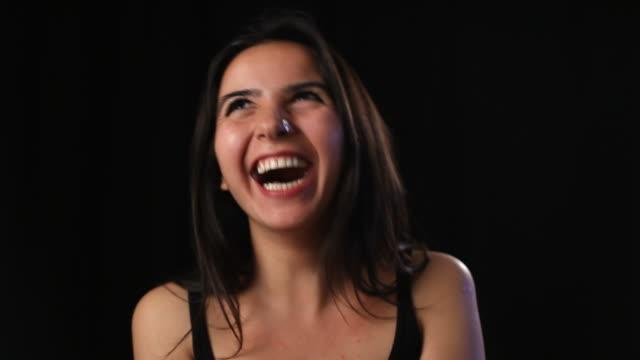 vídeos de stock, filmes e b-roll de alegre jovem mulher sorrindo e rindo - agradecimento
