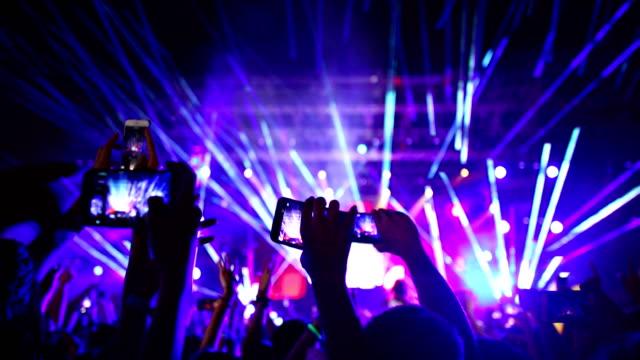 vídeos de stock, filmes e b-roll de aplausos da multidão em um concerto. - dj