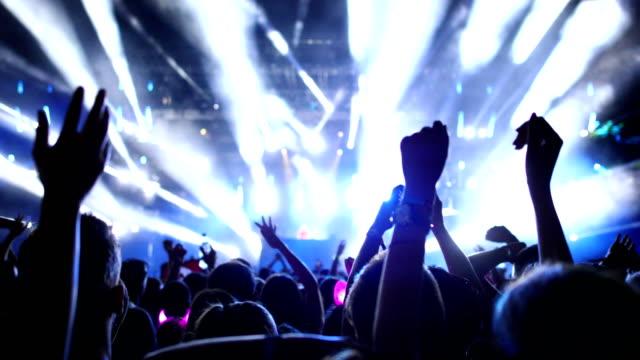 stockvideo's en b-roll-footage met juichende menigte tijdens een concert. - dancing