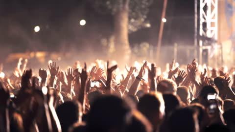 vídeos y material grabado en eventos de stock de multitud en un concierto de vítores. - multitud