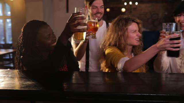 skål för vänskap - pub bildbanksvideor och videomaterial från bakom kulisserna