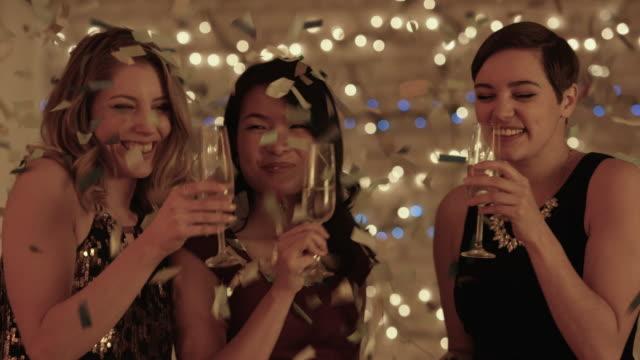 vidéos et rushes de restaurant cheers  - soirées habillées