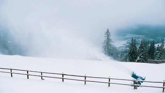 slo-mo kayakçılar için yokuş aşağı bir kar deresi ile çekim büyük bir kar topu neşeli görünümü - mountain top stok videoları ve detay görüntü çekimi