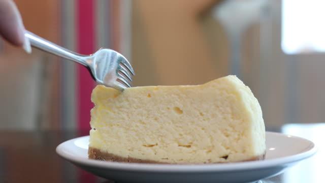 cheese cake with serving and cutting cake - sernik filmów i materiałów b-roll