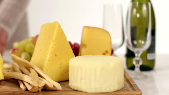 vídeos de stock e filmes b-roll de queijo jantar - cheese