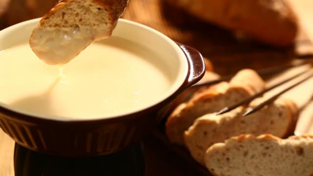 のチーズフォンデュ - チーズ 溶ける点の映像素材/bロール