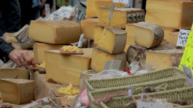 mercato del formaggio in campagna provenzale - formaggio comté video stock e b–roll
