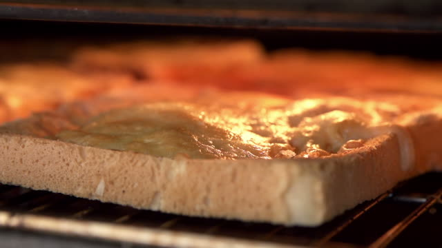 チーズのグリル焼きに乾杯して - チーズ 溶ける点の映像素材/bロール