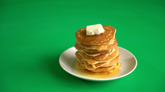 cheese pancake with honey on green screen - сироп стоковые видео и кадры b-roll