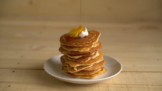 cheese pancake with honey - pancake video stock e b–roll