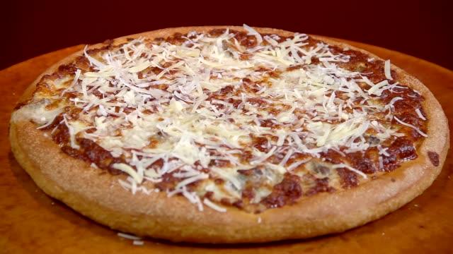 vídeos de stock, filmes e b-roll de pizza de queijo - comida salgada
