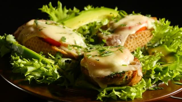 ost smörgåsar på en tallrik - cheese sandwich bildbanksvideor och videomaterial från bakom kulisserna