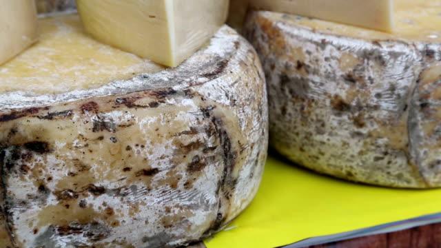 käse wheel - brie stock-videos und b-roll-filmmaterial