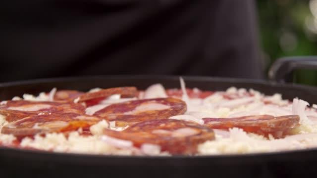 vídeos de stock e filmes b-roll de chef arranging pepperoni - arranjo