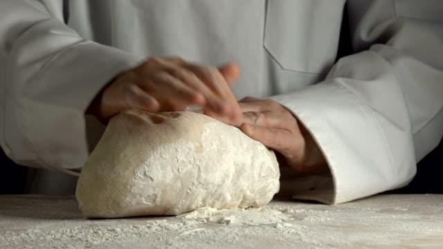 vidéos et rushes de chef cuire du pain au ralenti - boulanger
