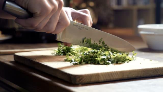 bir şef maydanoz mutfak tahtada pirzola, yakın çekim, pan - nebat stok videoları ve detay görüntü çekimi