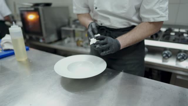 chef-reinigungsplatte in der großküche - küchenzubehör stock-videos und b-roll-filmmaterial