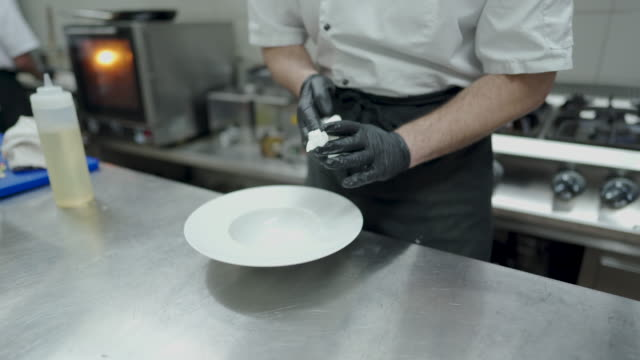 vídeos de stock e filmes b-roll de chef cleaning plate at commercial kitchen - utensílio