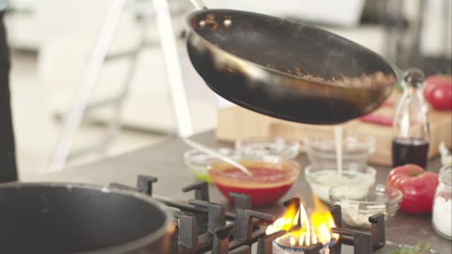 vídeos de stock, filmes e b-roll de chefe de cozinha cozinhar molho de carne - comida salgada
