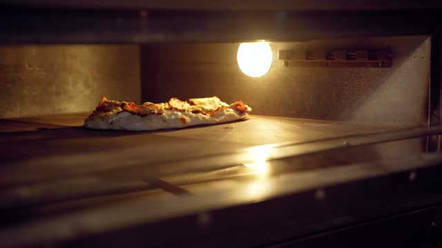 stockvideo's en b-roll-footage met chef-kok die pinsa romana met peer, kaas, prosciutto in leveringsdoos kookt. scrocchiarella gastronomische italiaanse keuken met traditioneel gerecht. eten bezorgen bij pizzeria. - dikke pizza close up
