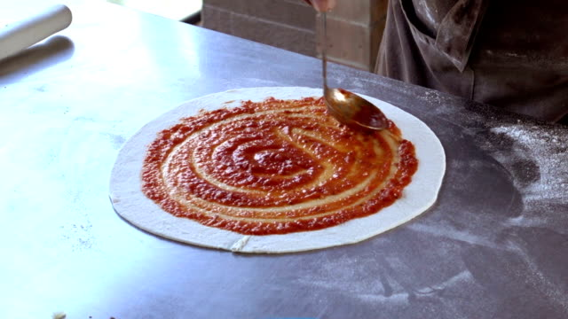 vídeos de stock, filmes e b-roll de chef cozinhando na cozinha com uma pizza - comida salgada