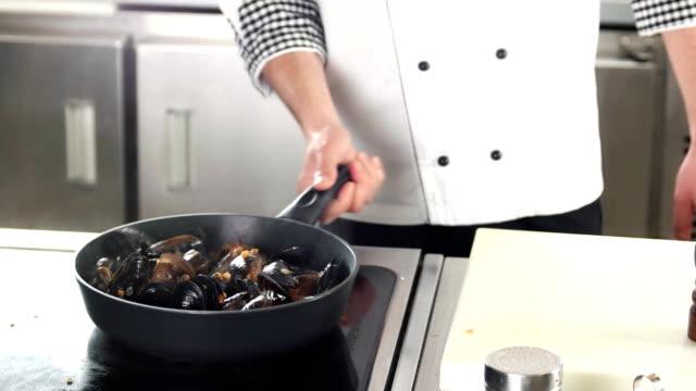 kocken matlagning skaldjur. - fransk kultur bildbanksvideor och videomaterial från bakom kulisserna