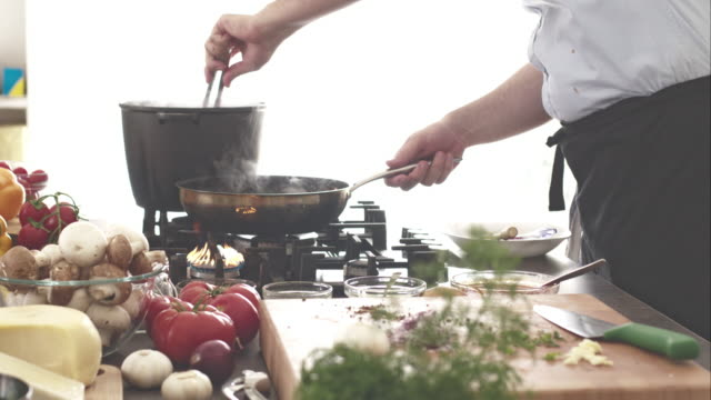 chef cucinare gli spaghetti - pinze attrezzo manuale video stock e b–roll