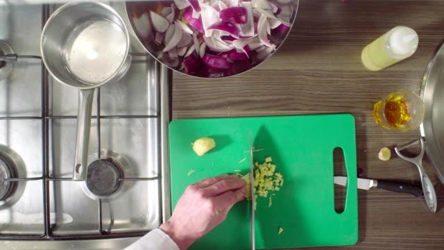 kocken skära en ingefära på en skärbräda - serveringsklar bildbanksvideor och videomaterial från bakom kulisserna
