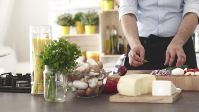 kocken skär basilika, förbereder mat - basilika ört bildbanksvideor och videomaterial från bakom kulisserna