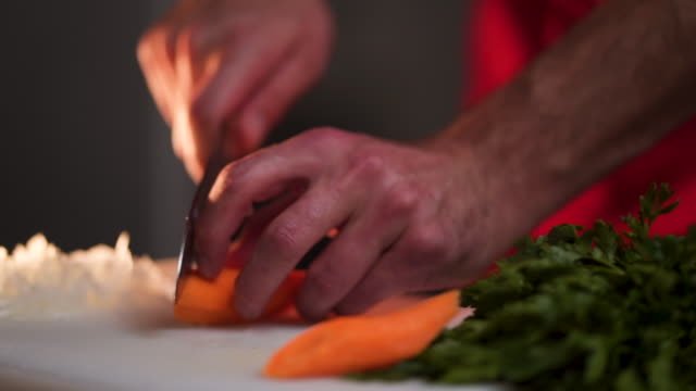 kocken skär morot - morot bildbanksvideor och videomaterial från bakom kulisserna