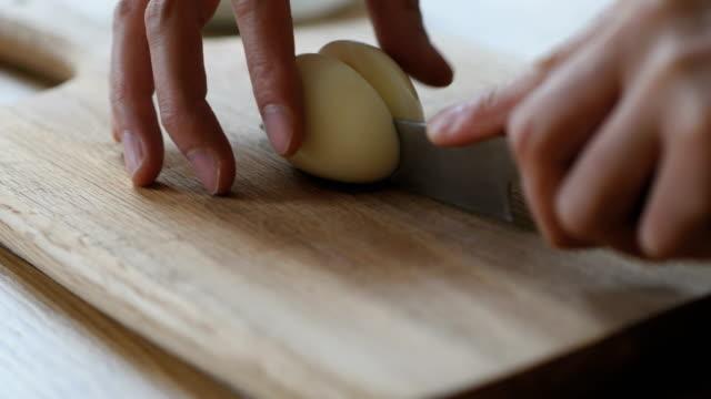 kocken skär äggen i hälften - kokat ägg bildbanksvideor och videomaterial från bakom kulisserna