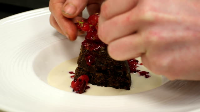 vídeos de stock e filmes b-roll de chef decorando chocolate deserto na cozinha - christmas cake
