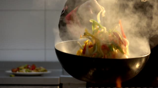 vídeos y material grabado en eventos de stock de chef flambaying verduras - chef