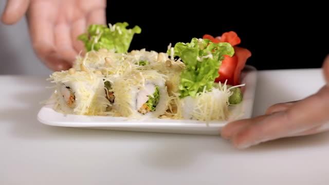シェフがお作りする寿司の盛り合わせを裏返し ロール.手袋マスター - ローフード点の映像素材/bロール