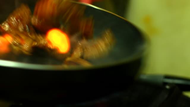vídeos de stock e filmes b-roll de cozinheiro chefe carne de porco frito, resolução 4 k (uhd - produto de carne