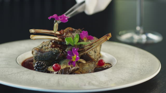 küchenchef garnish fried beef ribs in luxury restaurant - teller stock-videos und b-roll-filmmaterial