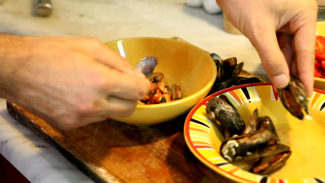 Chef hands extracción de mejillones - vídeo