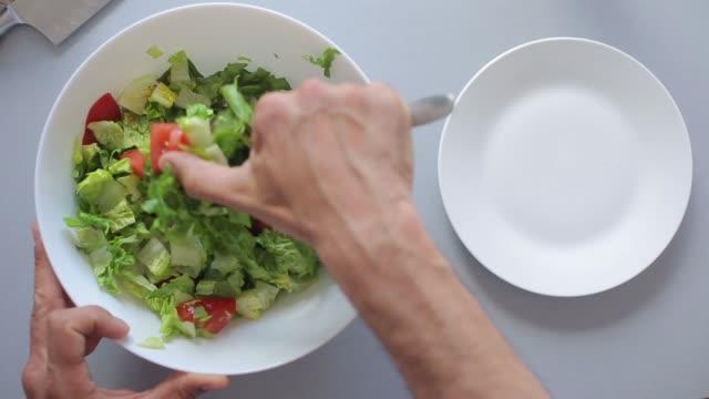廚師手把沙拉放在碗裡 - 亞洲中部 個影片檔及 b 捲影像