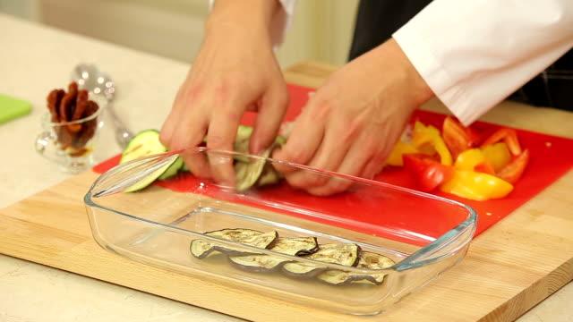 è lo chef di cucina verdure lasagne - melanzane video stock e b–roll