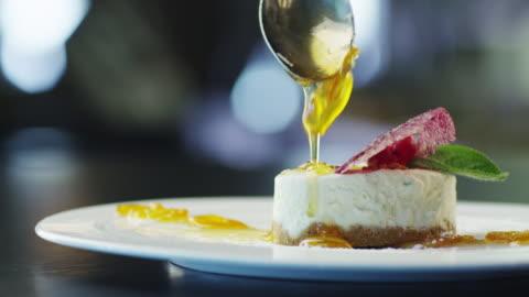 lo chef è dessert gelato alla guarnire con marmellata in ristorante di lusso - cena video stock e b–roll