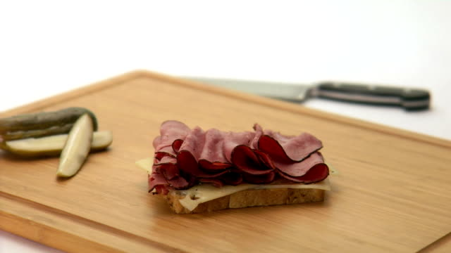 stockvideo's en b-roll-footage met chef makes pastrami and cheese sandwich - rogge graan