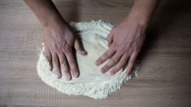 şef pizza yapar - hamur stok videoları ve detay görüntü çekimi