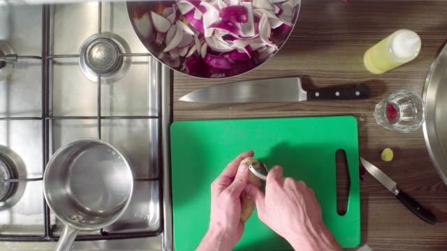 kocken peeling en ingefära på en skärbräda - serveringsklar bildbanksvideor och videomaterial från bakom kulisserna